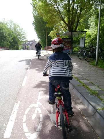 Example of a painted cycle lane, poor by Dutch standards
